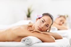 2 красивых женщины получая массаж в курорте Стоковая Фотография RF
