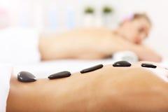 2 красивых женщины получая массаж в курорте Стоковое Изображение