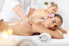 2 красивых женщины получая массаж в курорте Стоковое фото RF