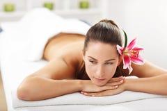 2 красивых женщины получая массаж в курорте Стоковая Фотография