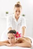 2 красивых женщины получая массаж в курорте Стоковое Изображение RF