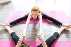 2 красивых женщины протягивая на поле в йоге центризуют Стоковая Фотография