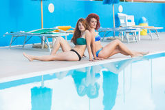 2 красивых женщины рядом с бассейном Стоковая Фотография RF