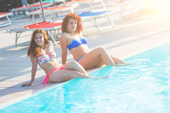 2 красивых женщины рядом с бассейном Стоковое Изображение