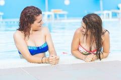 2 красивых женщины рядом с бассейном Стоковое фото RF