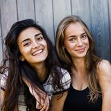 2 красивых женщины смотря камеру Стоковое Изображение