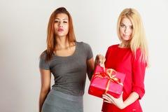 2 красивых женщины с красной подарочной коробкой Стоковое Изображение