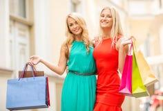 2 красивых женщины с хозяйственными сумками в ctiy Стоковые Изображения