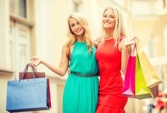 2 красивых женщины с хозяйственными сумками в ctiy Стоковая Фотография
