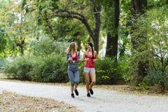 2 красивых женщины jogging в парке Стоковое Фото