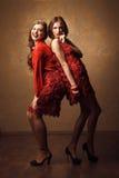 2 красивых жизнерадостных женщины в красном платье Стоковая Фотография RF