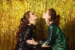 2 красивых жизнерадостных женщины на партии на сверкная backgroun Стоковое фото RF
