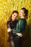 2 красивых жизнерадостных женщины на партии на сверкная backgroun Стоковые Фото