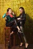 2 красивых жизнерадостных женщины на партии на сверкная backgroun Стоковое Изображение RF