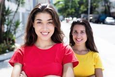 2 красивых кавказских девушки в городе Стоковые Изображения