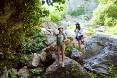 2 красивых маленькой девочки путешествуют в горах и наслаждаются взглядом ландшафта зеленых деревьев Стоковые Изображения RF