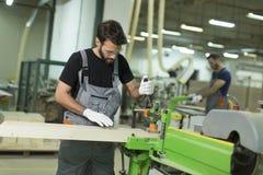 2 красивых молодого человека работая в мастерской пиломатериала стоковая фотография rf