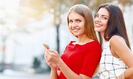 2 красивых молодой женщины делая selfie в городе Стоковое Изображение RF