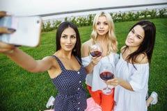 3 красивых молодой женщины делая selfie outdoors Стоковые Изображения RF
