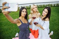 3 красивых молодой женщины делая selfie outdoors Стоковое Фото