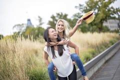 2 красивых молодой женщины имея потеху в городе Стоковые Изображения