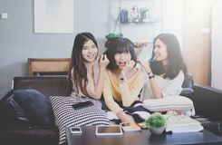 3 красивых молодых азиатских друз женщин говоря усмехаться и смеяться над совместно Стоковое фото RF