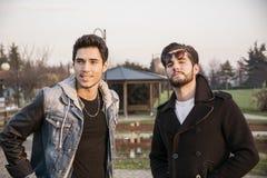2 красивых молодого человека, друзья, в парке Стоковые Фото