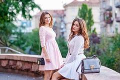2 красивых молодой женщины в городе Стоковое Изображение