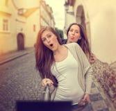2 красивых молодой женщины делая selfie Стоковые Изображения RF