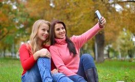 2 красивых молодой женщины делая selfie Стоковая Фотография