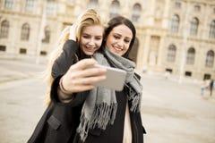 2 красивых молодой женщины делая selfie Стоковая Фотография RF