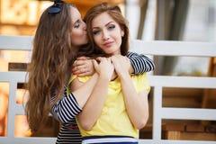 2 красивых молодой женщины имея потеху в городе Стоковые Фотографии RF