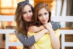 2 красивых молодой женщины имея потеху в городе Стоковое Фото