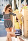 2 красивых молодой женщины имея потеху в городе Стоковое фото RF