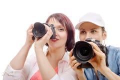 2 красивых молодой женщины используя камеру стоковые фотографии rf