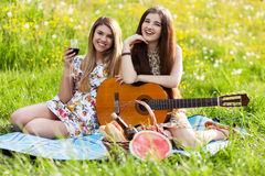 2 красивых молодой женщины на пикнике Стоковое Фото