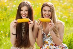 2 красивых молодой женщины на пикнике Стоковое фото RF