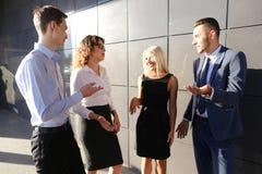 4 красивых молодые люди, 2 женщины и 2 люд говорят, тараторят Стоковая Фотография