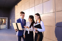 3 красивых молодые люди, студенты, 2 девушки и мальчик держат I Стоковая Фотография RF