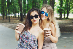 2 красивых молодых девушки boho имеют кофе в парке Стоковые Изображения