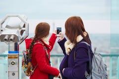 2 красивых молодых туриста в Париже Стоковое фото RF