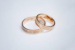2 красивых обручального кольца на белой предпосылке, конце вверх Стоковое фото RF