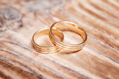 2 красивых обручального кольца на белой предпосылке, конце вверх Стоковое Фото