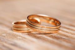2 красивых обручального кольца на белой предпосылке, конце вверх Стоковое Изображение RF