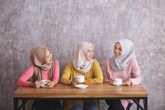 3 красивых отпрыска имея время кофе совместно Стоковые Изображения RF