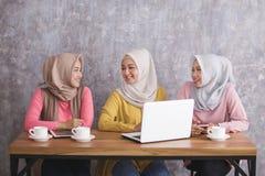 3 красивых отпрыска имея переговор на кафе стоковые фотографии rf