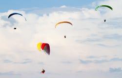 4 красивых параплана в облачном небе Стоковая Фотография