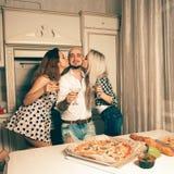 2 красивых поцелуя дам партия мальчика дома Стоковые Фотографии RF