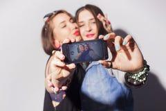 2 красивых подростка женщин брюнет (девушек) тратят togeth времени Стоковое Изображение