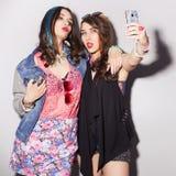 2 красивых подростка женщин брюнет (девушек) тратят togeth времени Стоковое Изображение RF